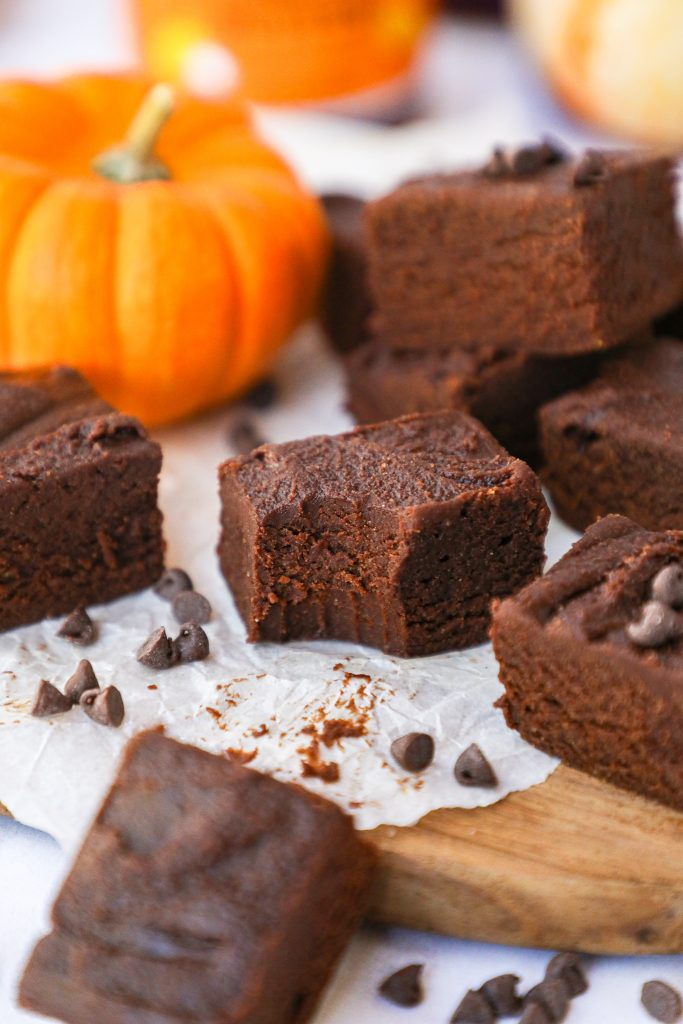 A delicious fudge recipe that's made with dark chocolate, pumpkin butter, vanilla and coconut flour! It's the perfect easy dessert for fall!