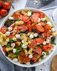 A delicious pasta salad recipe made with all the ingredients of your favorite supreme and pepperoni pizza! It's hearty, flavorful and so easy to make!